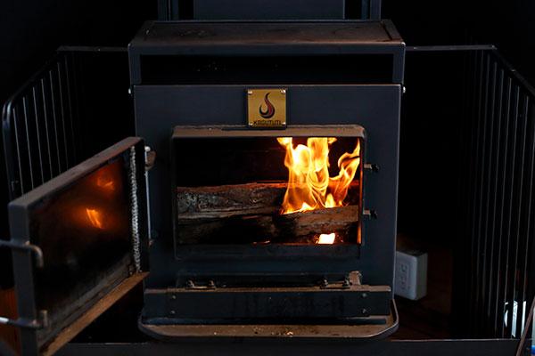 秋冬は薪ストーブを設置