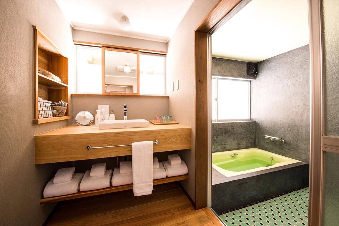 明るく広々としたバスルーム